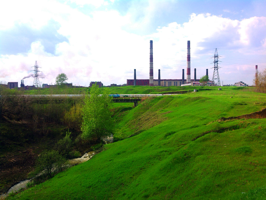 (25.05.2015 © ATola) Вид на УАЗ - Холмы в зеленой траве