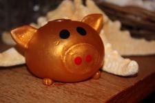 (30.06.2013 © ATola) Сувениры с Крита - Лизун свинка